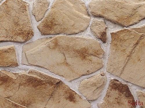 Nepravidelným vzorem vkládá dojem kamene ošlehaného silným